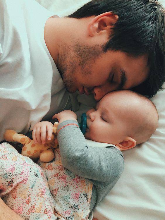 Papa et bébé endormis tête contre tête.