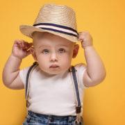 Bébé avec un chapeau